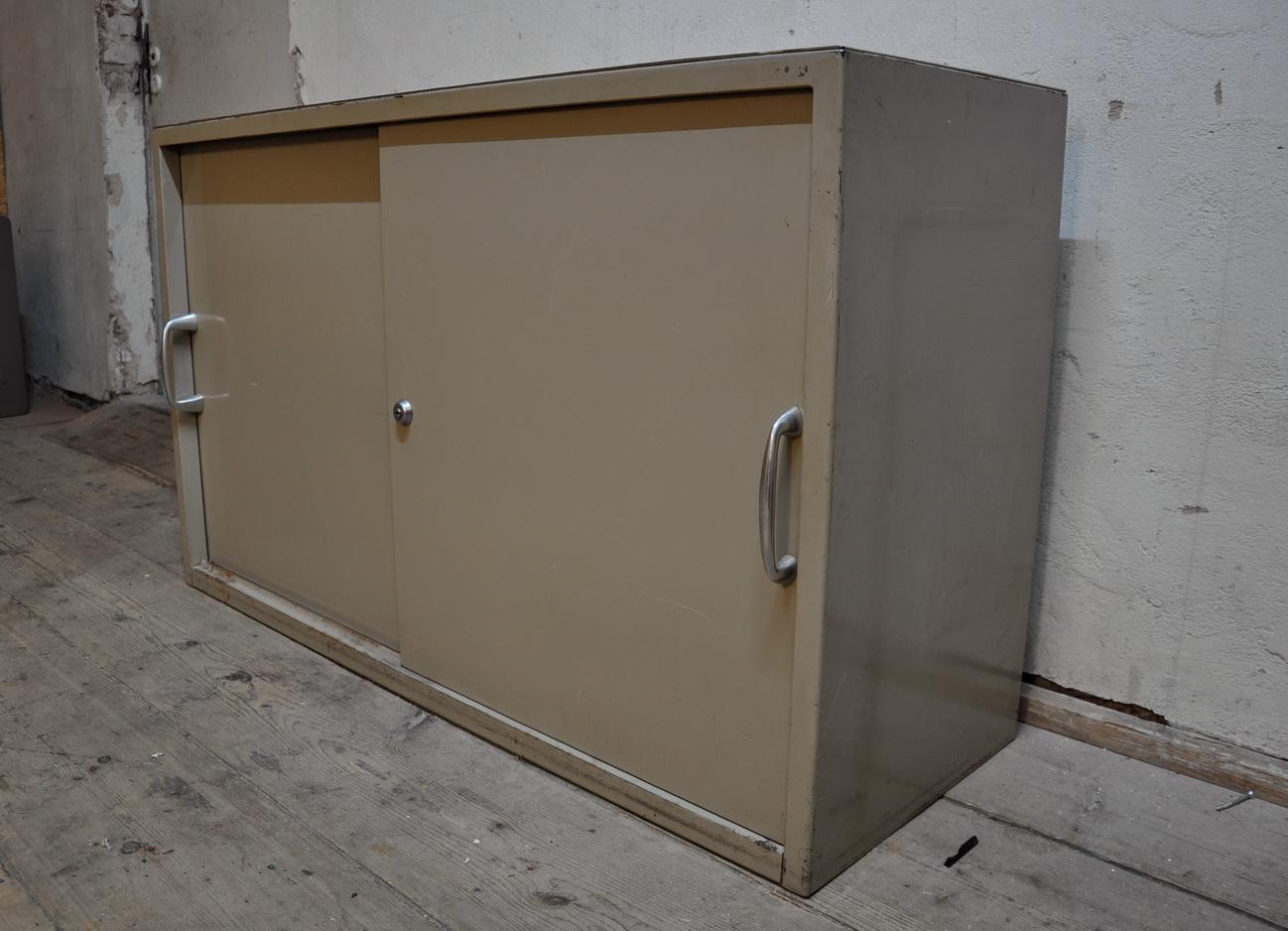 50er jahre metal schrank bauhaus artig arztm bel sideboard for Sideboard 80er jahre